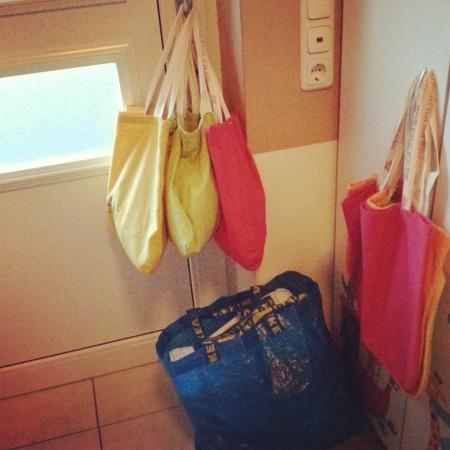 12 von 12: Alle Sachen für das morgen startende neue Kindergartenjahr zusammen gesucht und gepackt. Wirkt ein bisschen wie Umzug.
