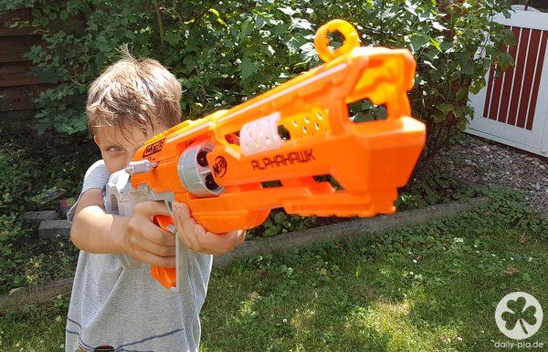 gewehr schießt um die ecke