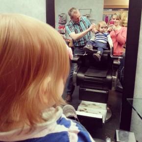 der erste Haarschnitt